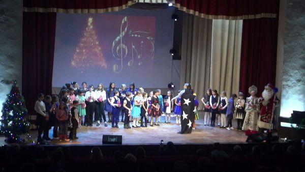Коллектив  районной Детской школы искусств  выступил с новогодним концертом со сцены РДК